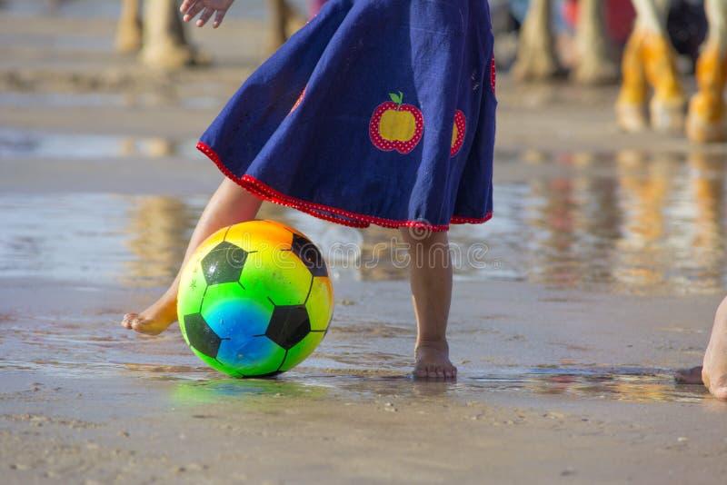 Meisje die scoccer of footaball spelen royalty-vrije stock fotografie