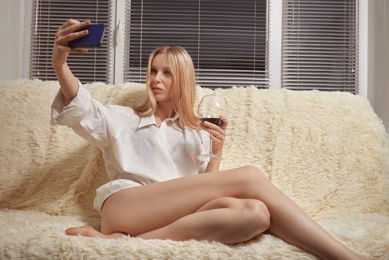Meisje die selfie nemen royalty-vrije stock afbeeldingen
