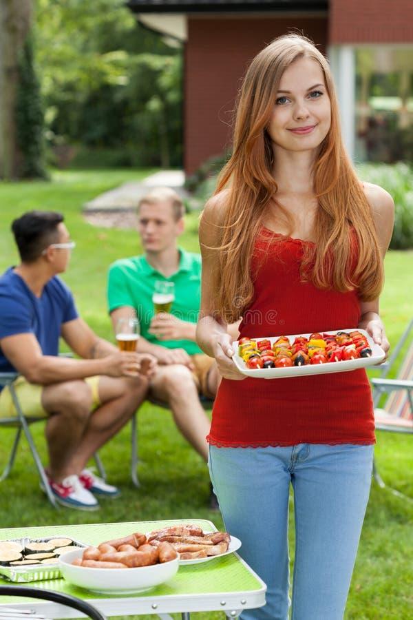 Meisje die smakelijk voedsel houden royalty-vrije stock afbeelding
