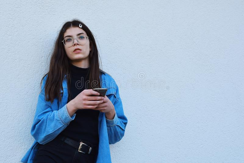 Meisje die smartphone gebruiken royalty-vrije stock afbeeldingen