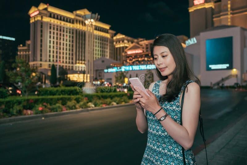 Meisje die sms op mobiele telefoon app texting stock foto