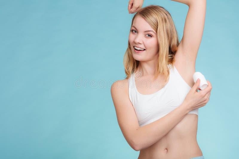 Meisje die stokdeodorant in oksel toepassen royalty-vrije stock foto's