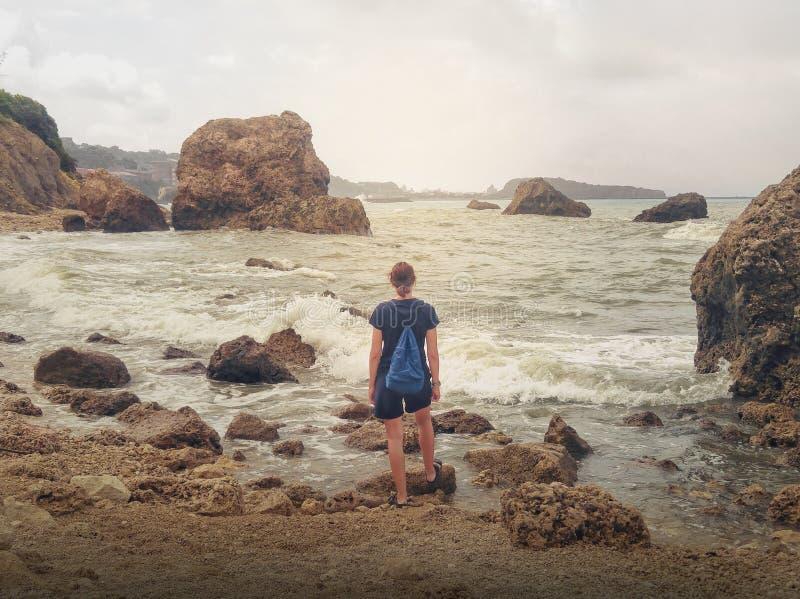 Meisje die stormachtige overzees bekijken royalty-vrije stock foto