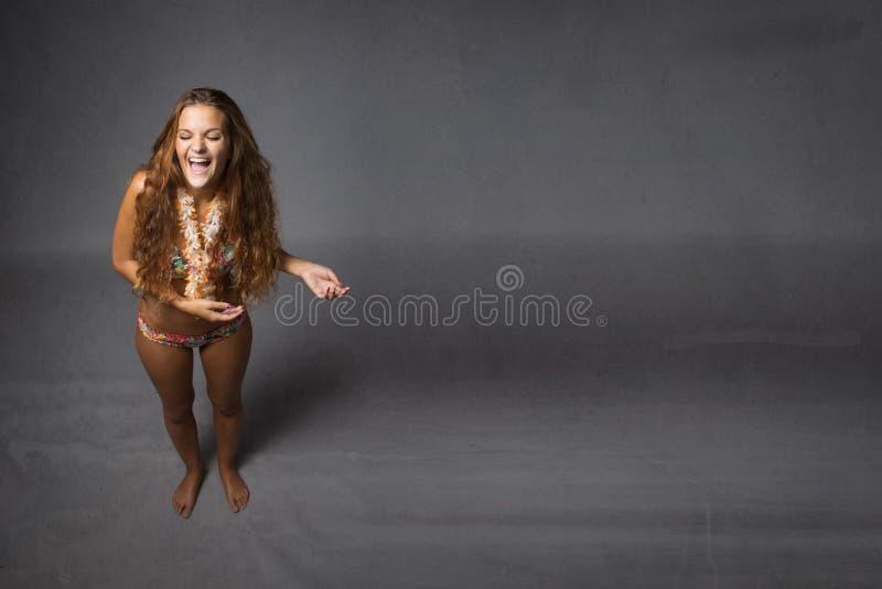 Meisje die in strandkleding lachen stock afbeeldingen