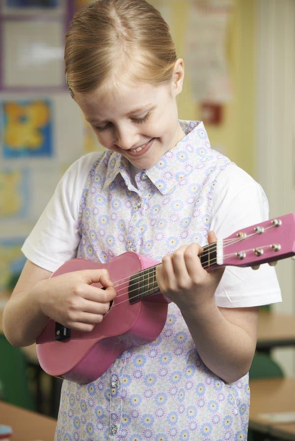 Meisje die Ukelele in de Les van de Schoolmuziek leren te spelen royalty-vrije stock fotografie