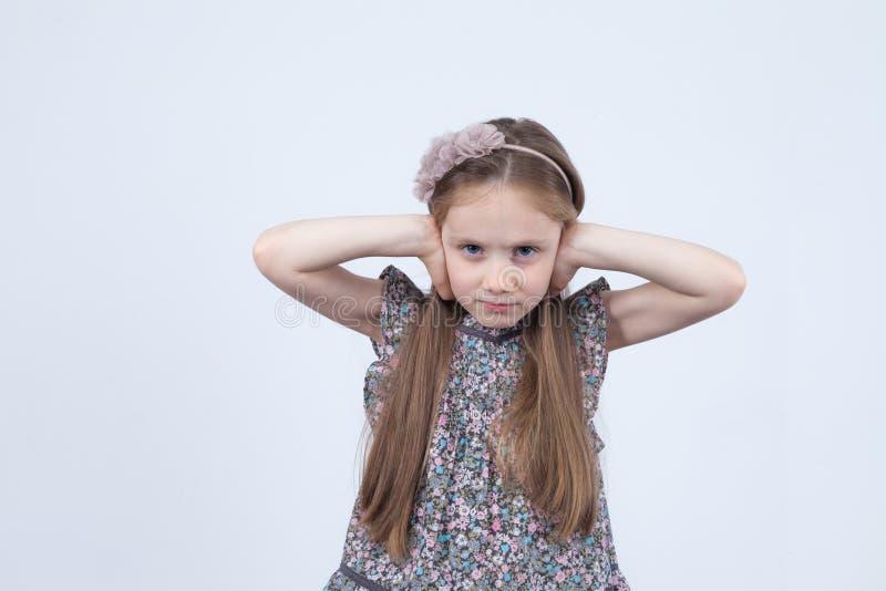 Meisje die van Ð ¡ Ute met lang haar het luisteren niet De peuter behandelt haar gesloten oren, negerend haar ouder stock afbeelding