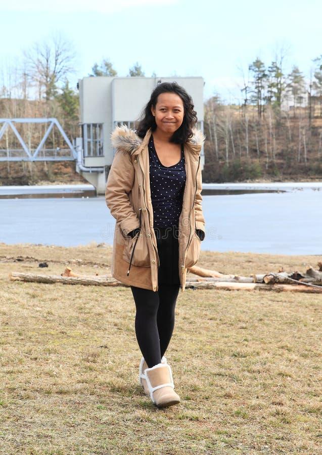 Meisje die van bevroren meer lopen royalty-vrije stock afbeelding