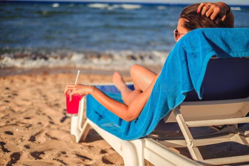 Meisje die van cocktail op het strand genieten stock foto