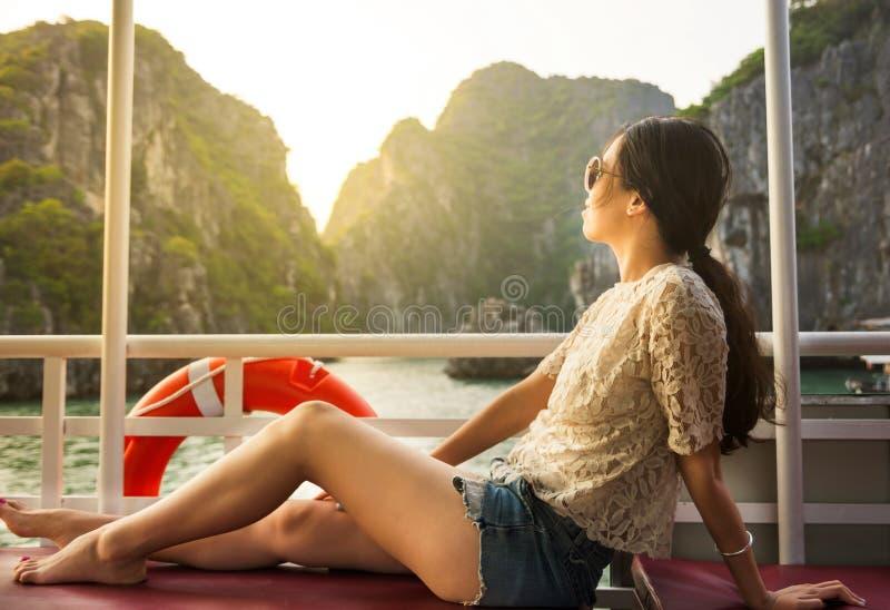 Meisje die van de rit op een kruiserboot genieten stock afbeelding