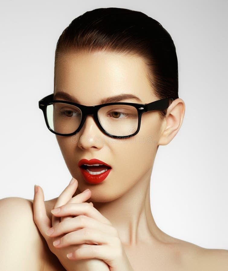 Meisje die van de schoonheids het sexy mannequin die glazen dragen, op witte achtergrond worden ge?soleerd Mooie jonge donkerbrui stock afbeelding