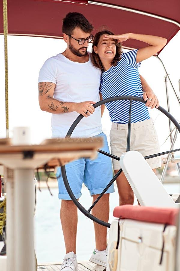 Meisje die van een de zomervakantie op een boot met haar vriend genieten royalty-vrije stock fotografie