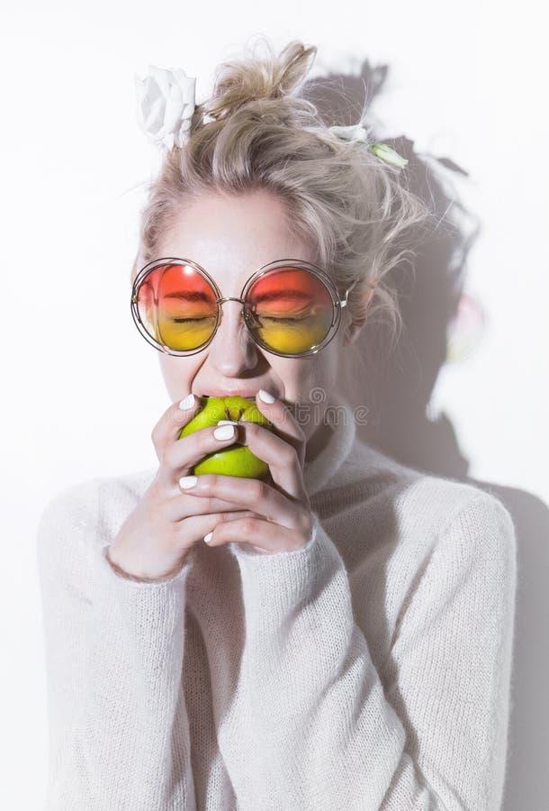 Meisje die van het portret het vrolijke blonde hipster gek gaan royalty-vrije stock foto