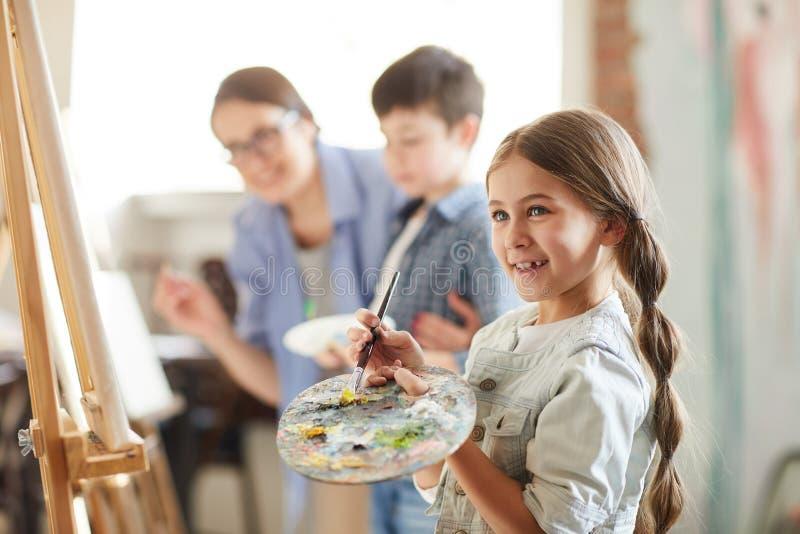 Meisje die van het Schilderen genieten royalty-vrije stock afbeelding