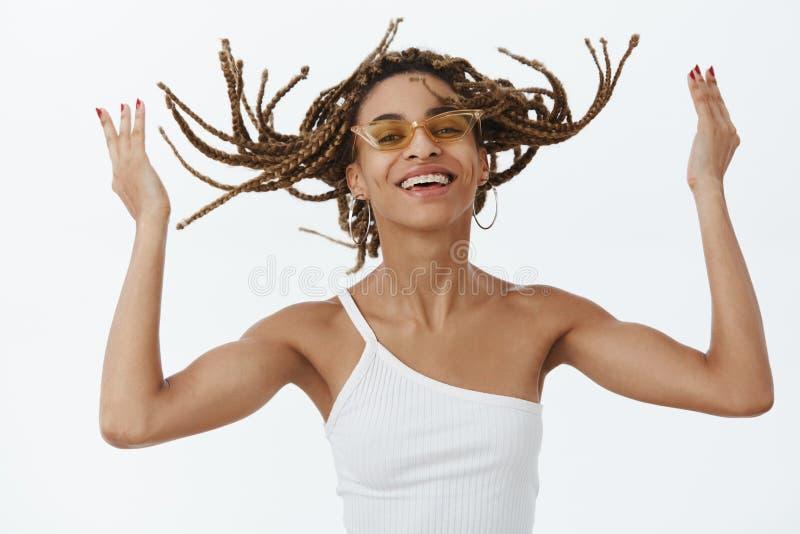 Meisje die van koel nieuw kapsel genieten die klaar aan partijrots zijn Portret van blije onbezorgde modieuze donker-gevilde vrou royalty-vrije stock foto's