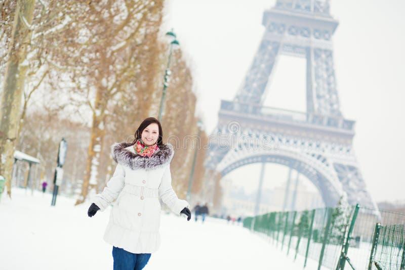 Meisje die van mooie de winterdag in Parijs genieten royalty-vrije stock afbeeldingen