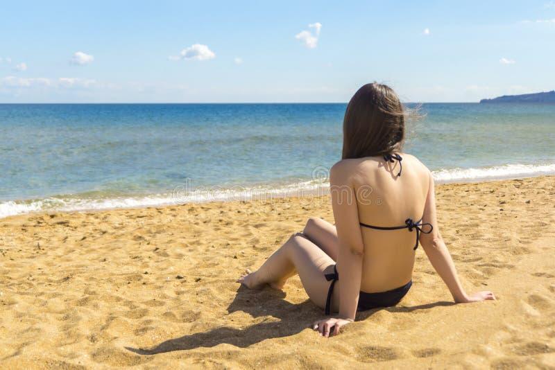 Meisje die van zon en rust op overzees genieten royalty-vrije stock foto's