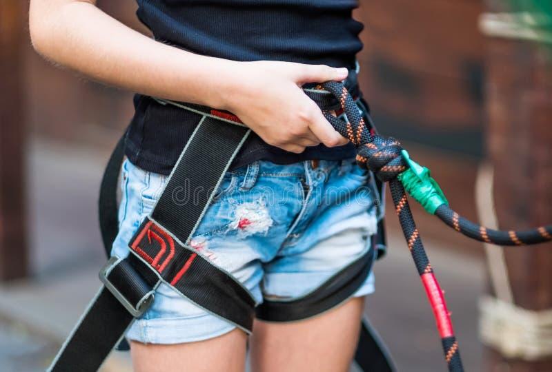 Meisje die veiligheidsuitrusting in kabelpark dragen stock foto's