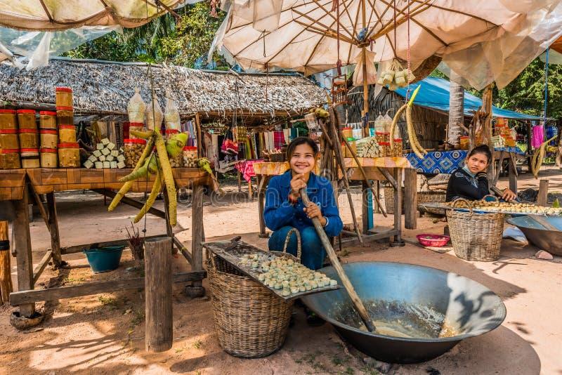Meisje die verkopende suikerrietsnoepjes Angkor Kambodja maken royalty-vrije stock foto
