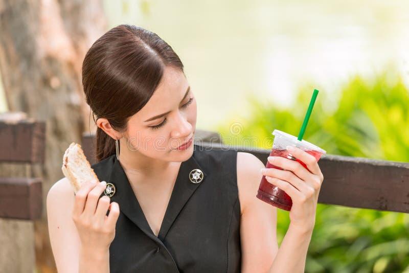 Meisje die voelend verdacht over voedselverrotting of vreemde smaak kijken stock foto's
