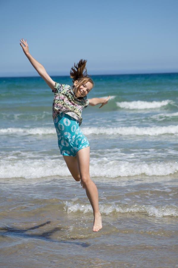 Meisje die voor vreugde springen royalty-vrije stock foto