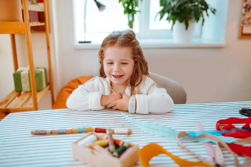 Meisje die vrolijk en grappig na het spelen met kleurrijke draden voelen royalty-vrije stock afbeelding