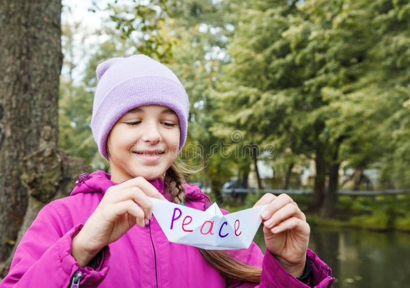 Meisje die Witboekboot genoemd houden vrede royalty-vrije stock afbeeldingen