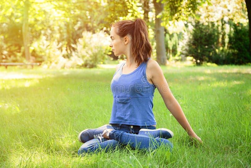 Meisje die yoga in aard doen royalty-vrije stock foto