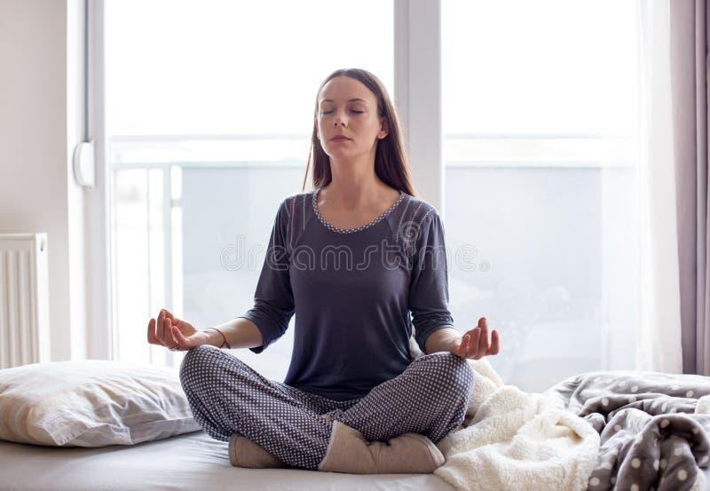 Meisje die yoga in bed doen royalty-vrije stock foto