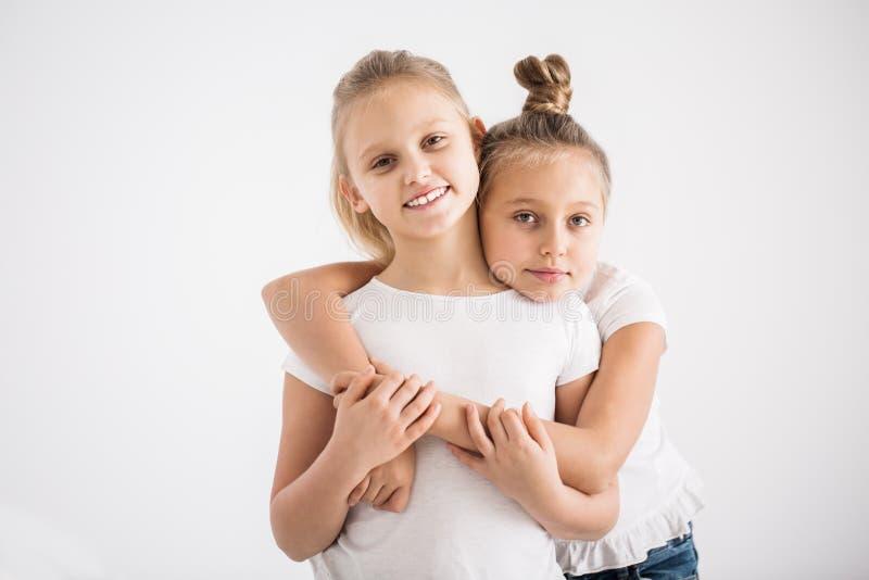 Meisje die zich achter beste vriend bevinden royalty-vrije stock afbeeldingen