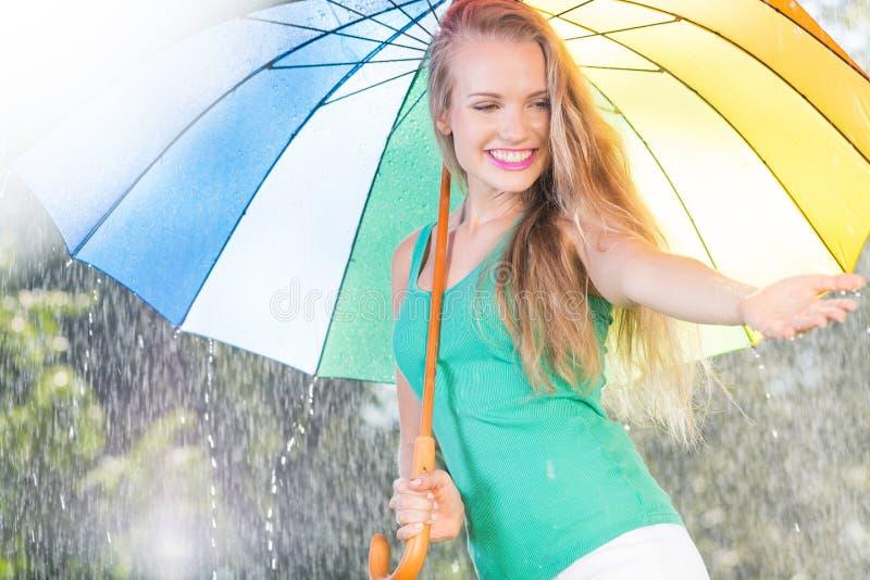 Meisje die zich in de regen bevinden royalty-vrije stock fotografie