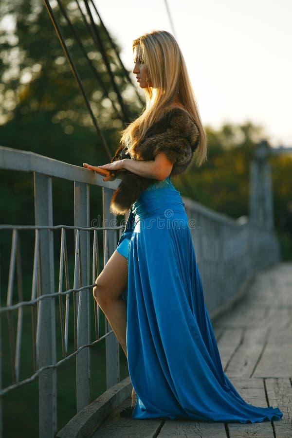 meisje die zich op de brug bevinden  stock afbeeldingen