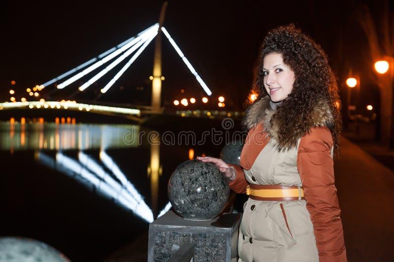 Meisje die zich op de nachtbrug bevinden stock afbeeldingen