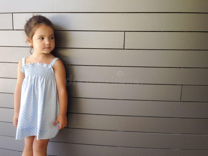 Meisje die zich over moderne baksteen bevinden royalty-vrije stock afbeeldingen