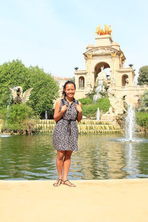 Meisje die zich voor Cascada Monumentaal in Barcelona bevinden royalty-vrije stock foto