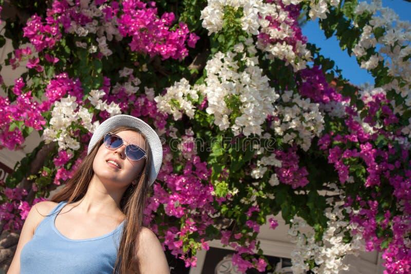 Meisje die zonnebril en hoed dragen stock afbeeldingen