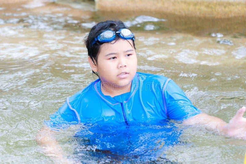 Meisje die in zwembad zwemmen royalty-vrije stock afbeeldingen