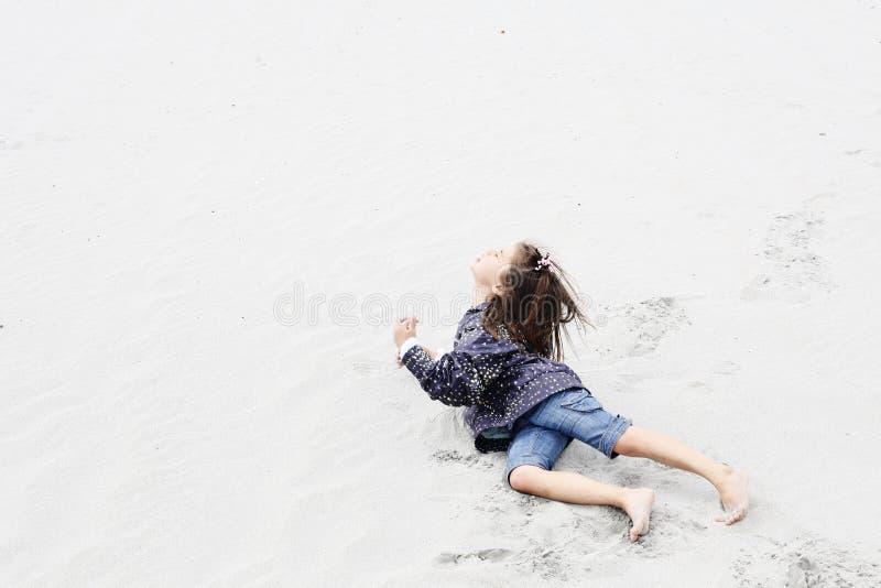 Meisje diep in gedachte op het strand stock afbeeldingen