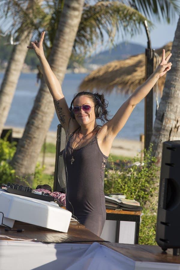 Meisje DJ die bij strandclub mengt muziek op eiland Koh Phangan, Thailand spelen stock foto's
