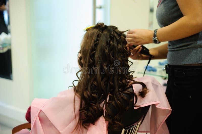 Meisje doen hairdress royalty-vrije stock foto