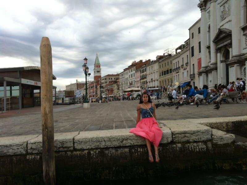 Meisje door kanaal in Venetië stock afbeelding