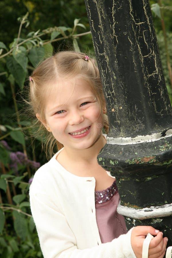 Meisje door lantaarnpaal stock afbeeldingen