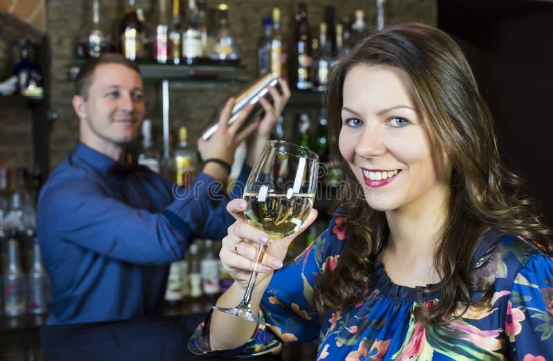 Meisje in een bar stock foto's