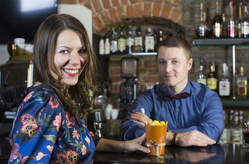 Meisje in een bar royalty-vrije stock foto