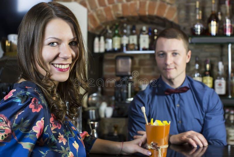 Meisje in een bar royalty-vrije stock afbeeldingen