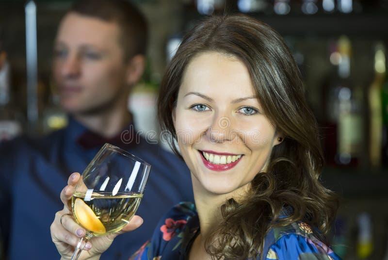 Meisje in een bar stock foto