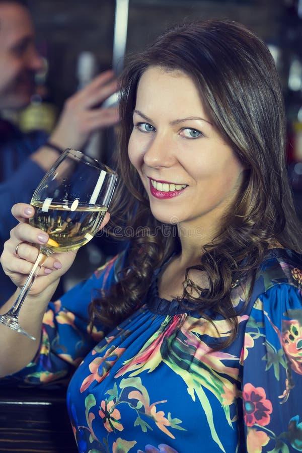 Meisje in een bar royalty-vrije stock fotografie