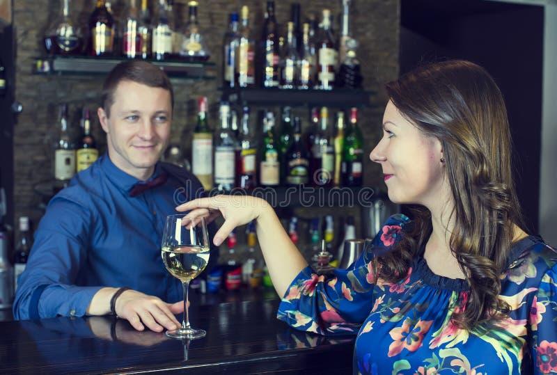 Meisje in een bar royalty-vrije stock foto's