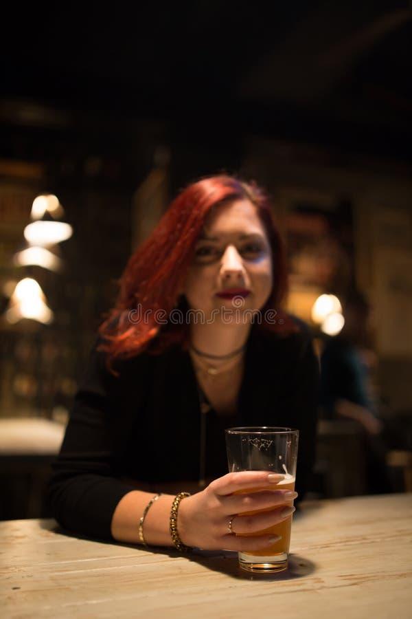 Meisje in een bar het drinken ambachtbier royalty-vrije stock afbeeldingen