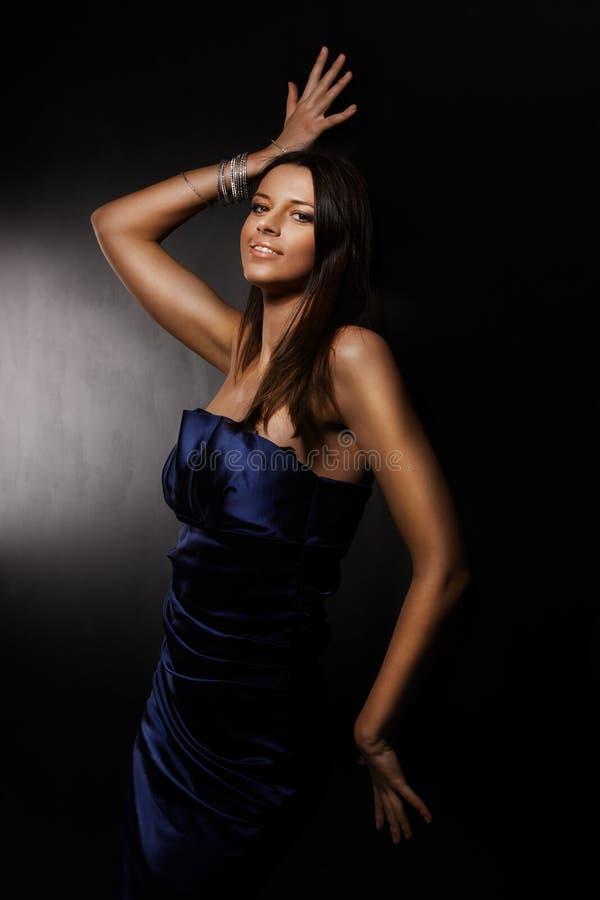 Meisje in een blauwe kleding stock afbeeldingen