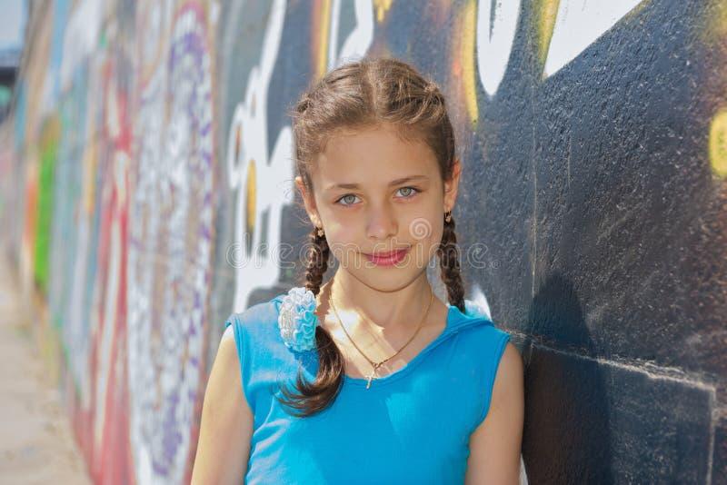 Meisje in een blauwe kleding voor een gang royalty-vrije stock afbeelding